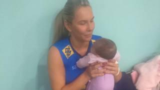 Fabiola, 33 anni, con Annah Vittoria in braccio qualche giorno fa