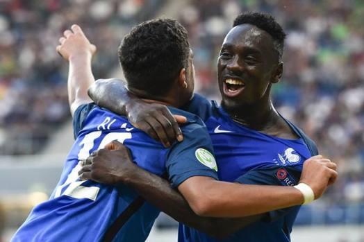 Augustin, a destra, abbraccia Blas dopo il gol del 2-0. Ap