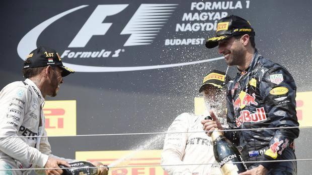 Il podio del GP d'Ungheria. Da sinistra: il vincitore Lewis Hamilton, 31, Nico Rosberg,31, al centro, e il terzo classificato Daniel Ricciardo, 27.