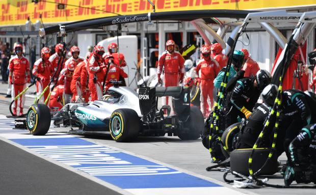 Lewis Hamilton durante il primo pit stop ai box Mercedes. Afp