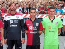 Un momento della presentazione delle nuove maglia . Dal sito del Cagliari