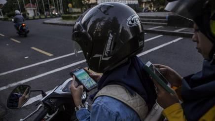 Ragazzi indonesiani in strada impegnati con Pokemon Go. Getty