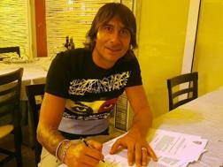 Daniele Conti firma il nuovo contratto con il Cagliari. Foto cagliaricalcio.com