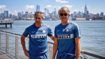 Roberto Mancini, 51 anni, con Sylvinho a New York. Getty