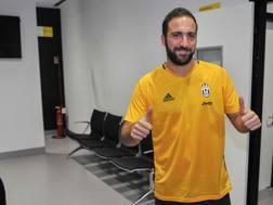 Gonzalo Gerardo Higua�n, 28 anni, mostra la maglia numero 9 ai suoi nuovi tifosi. Ansa