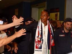 Bruno Alves, difensore portoghese, 34 anni, accolto dai tifosi all'aeroporto