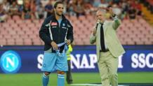 De Laurentiis e Higuain nel 2013, quando l'argentino venne presentato dal Napoli. Ansa