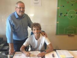 Nicol� Cesaroni, classe 2002, firma per la Lazio alla presenza alla presenza del responsabile Joop Lensen