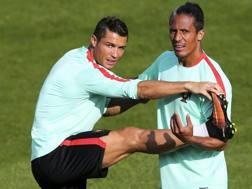 Il neo difensore del Cagliari Bruno Alves si allena con Cristiano Ronaldo, durante l'Europeo in Francia. Epa