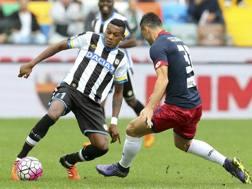 Edenilson in azione contro il Genoa. Ap