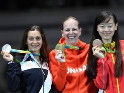 Il podio della spada femminile di Rio: Rossella Fiamingo accanto all'ungherese Szasz (oro)n e alla cinese Yiwen. Afp