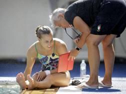 Tania Cagnotto col papà Giorgio riguarda il video di un suo tuffo. Ap
