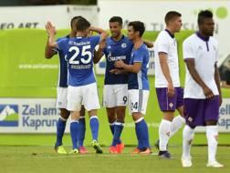 L'esultanza dei giocatori dello Schalke per il gol del 2-1 di Naldo, contro la Fiorentina. LaPresse