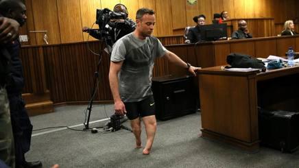 Oscar Pistorius in tribunale senza protesi. Reuters