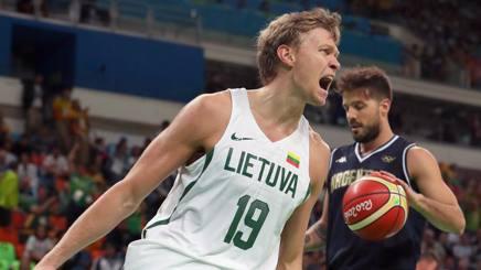 Mindaugas Kuzminskas esulta durante Lituania-Argentina. Getty