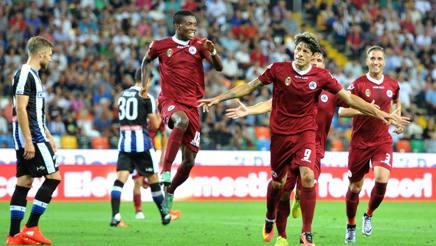 I giocatori dello Spezia festeggiano Nen�, a segno contro l'Udinese. LaPresse