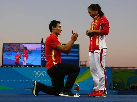 Il tuffatore cinese Qin Kai, al momento della proposta di matrimonio alla connazionale He Zi. Reuters