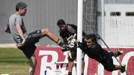 Emil Audero, maglia numero 32 della Juventus, si allena con Filippo sotto gli occhi di Buffon. LaPresse