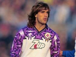 Un giovane Gabriel Omar Batistuta con la maglia della Fiorentina.