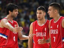 Milos Teodosic dà istruzioni ai compagni. Afp