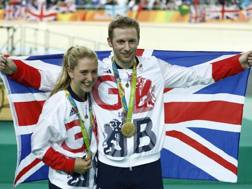 Laura Trott e Jason Kenny dopo il successo a Rio. Afp