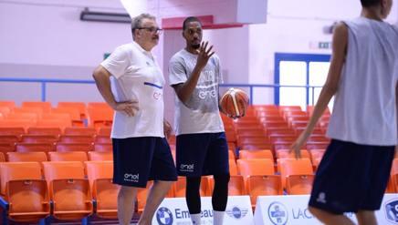Meo Sacchetti, coach del triplete sassarese, al suo primo allenamento con Brindisi assieme all'americano Kris Joseph CIAM