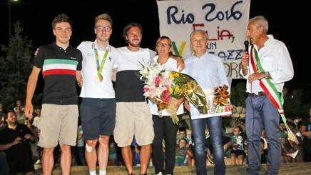 Da sinistra Attilio, Elia e Luca Viviani, mamma Elena e pap� Renato e il sindaco Giaretta. Cailotto