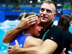 Il tecnico azzurro Fabio Conti, 44 anni, abbraccia Rosaria Aiello, 27 anni. Getty