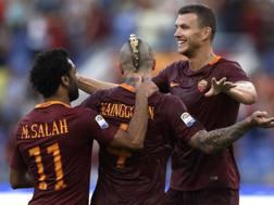 L'esultanza della Roma con Salah, Nainggolan e Dzeko. Afp