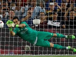 Claudio Bravo, 33 anni, ha parato un rigore in Supercoppa contro il Siviglia. Reuters