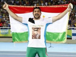Dilshod Nazarov festeggia il primo oro tagiko con la dedica al papà. Epa