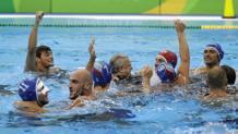 Festa in acqua dopo la vittoria. Ap