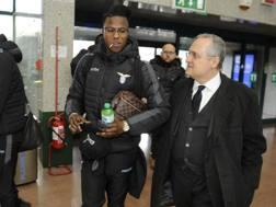 Keita Baldé Diao, 21 anni, con il presidente della Lazio Claudio Lotito. LaPresse