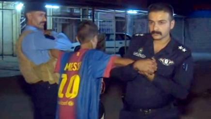 Il bambino con la maglia di Messi fermato a Kirkuk, in Iraq. Ansa