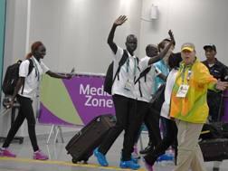 Il team degli atleti rifugiati saluta Rio. Afp