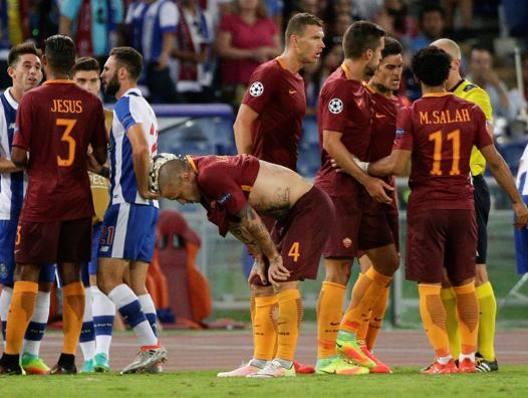 I giallorossi durante il match col Porto. Reuters