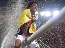Juan Cuadrado festeggia il trionfo in Coppa Italia contro il Milan. Afp