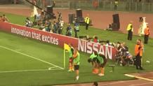 Francesco Totti, 39 anni, si scalda nei pressi della bandierina. Non entrer�