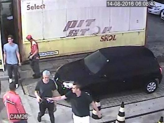 Un'immagine della telecamera di sicurezza che ritrae Lochte la sera della finta rapina AP