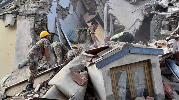 Terremoto, Renzi: ''Almeno 120 vite spezzate dal sisma''. 368 feriti portati via da Amatrice e Accumoli