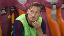 La delusione di Francesco Totti, 39 anni, rimasto in panchina col Porto. Komunicare