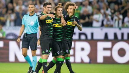 I compagni del Borussia Monchengladbach festeggiano Thorgan Hazard, autore di una tripletta contro lo Young Boys. Getty Images