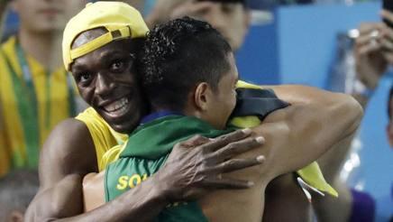 L'abbraccio  scambiato tra Bolt e Van Niekerk  in zona mista all'Engenhao dopo il record del mondo nei 400 del sudafricano AP