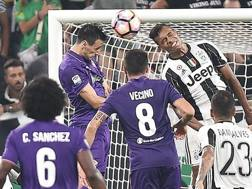 Il gol di Kalinic alla Juventus, nell'anticipo della prima di campionato: per averlo il Napoli offrir� Gabbiadini pi� conguaglio. Ansa