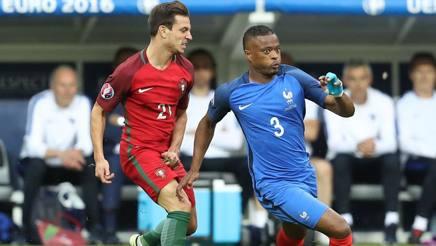 Evra contro il portoghese Soares nella finale di Euro 2016 persa 0-1 dalla Francia. Afp