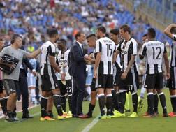 I giocatori della Juve durante il time-out. LaPresse