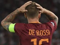 De Rossi durante Roma-Porto, mentre l'arbitro gli mostra il cartellino rosso. Ansa