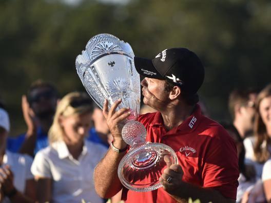 Patrick Reed bacia il trofeo