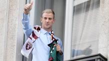 Il portiere della nazionale inglese Joe Hart , 29 anni, all'arrivo a Torino. Ansa