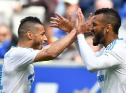 Younes Belhanda, a sinistra, con la maglia dello Schalke 04, esulta con Choupo-Moting. Ap